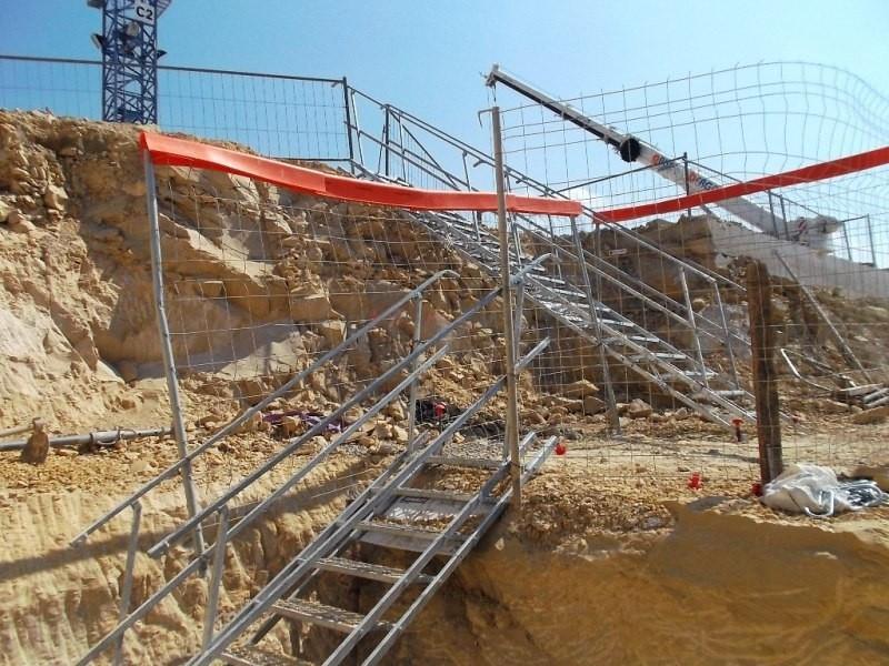 installation de vol es d 39 escaliers dans les fouilles tammet soci t proven ale d 39 echafaudages. Black Bedroom Furniture Sets. Home Design Ideas