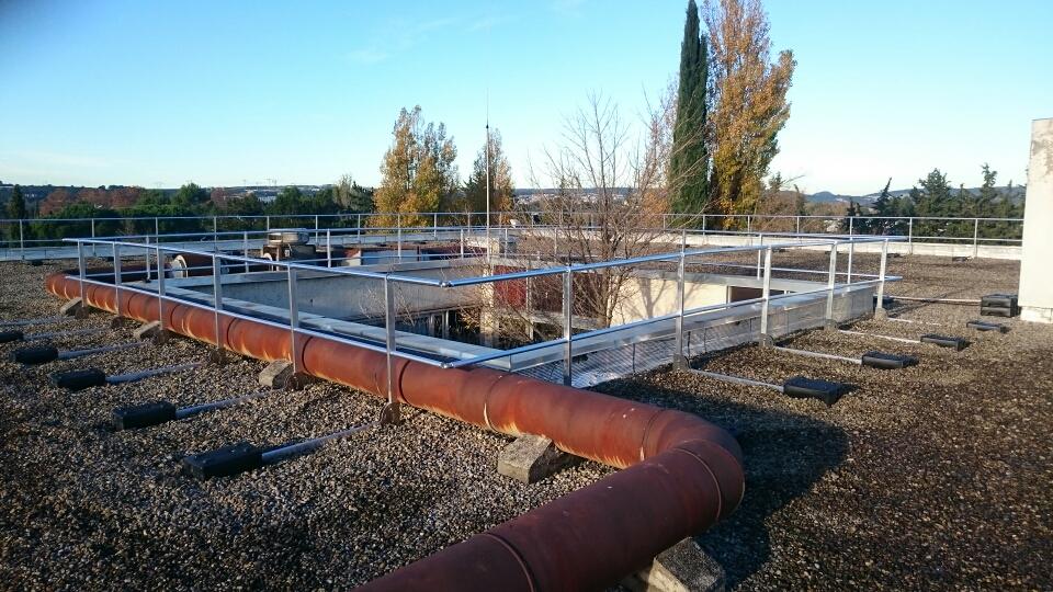 garde corps en aluminium autoportant sur toit terrasse soci t proven ale d 39 echafaudages. Black Bedroom Furniture Sets. Home Design Ideas