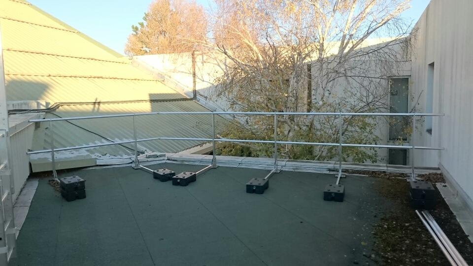 garde corps autoportant en aluminium sur toit terrasse. Black Bedroom Furniture Sets. Home Design Ideas